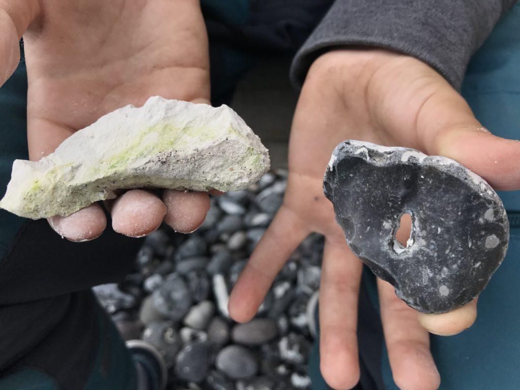 Links ein Kreidestein, rechts ein Hühnergott