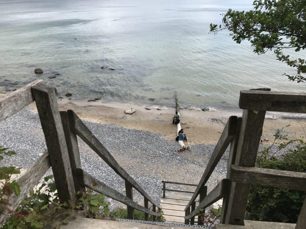 Das ist die Kreidefelsen Rügen Treppe beim Kieler Bach an den Strandweg